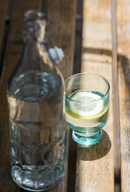 Glas water tegen trek en onderdrukt de snack impuls