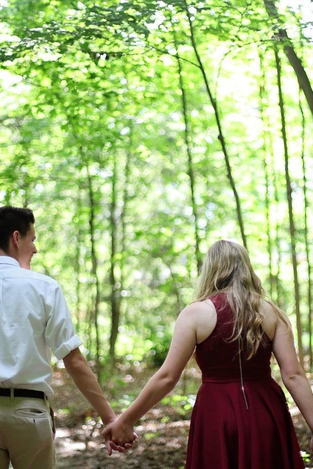 wandeld stel in bos